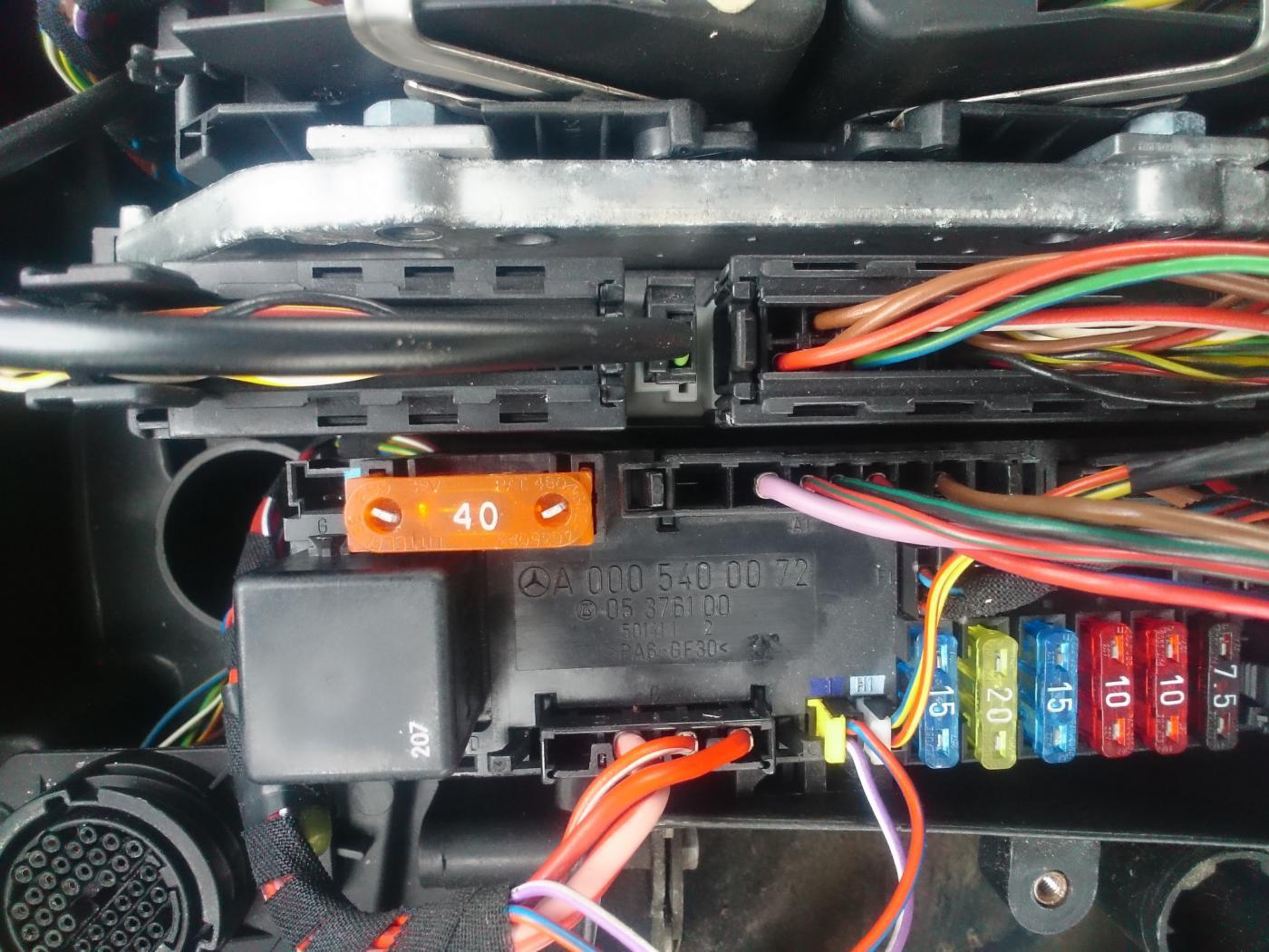 boîte fusible côté passager clk200 relais demareur