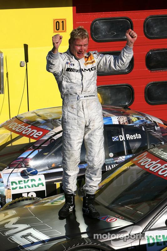 Course-DTM-equipe-HWA-AMG-Mercedes-15_07_2007-Mika-Hakkinen_20151226-1420.jpg