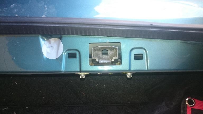 Un étrier de verrouillage dans le panneau arrière